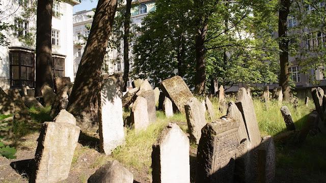 參觀墓園的遊客不多,蠻幽靜涼爽的。