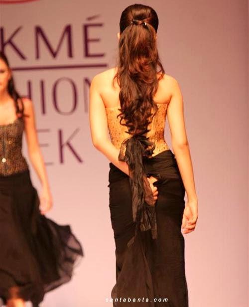 Malu! Model Catwalk Tak Sedar Skirt Koyak di Bahagian Punggung! [8 Foto] - Berita Terkini