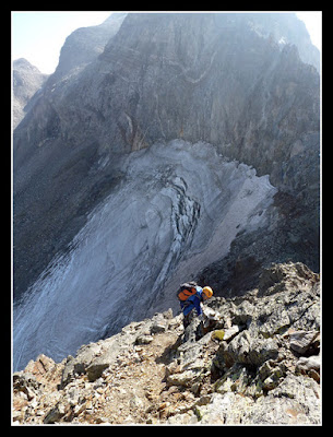 En el rápel al Portillón, el glaciar del Portillón al fondo