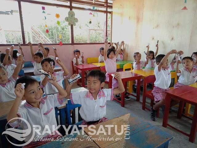 Rayakan Hari Kasih Sayang, TK Ini Berbagi Gambar Buah Hati
