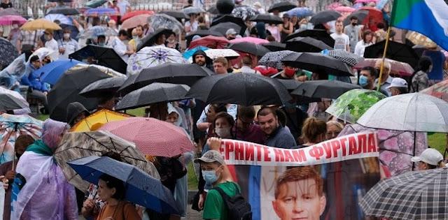 """Di Bawah Guyuran Hujan, Ribuan Warga Turun Ke Jalan Suarakan """"Rusia Tanpa Putin"""""""