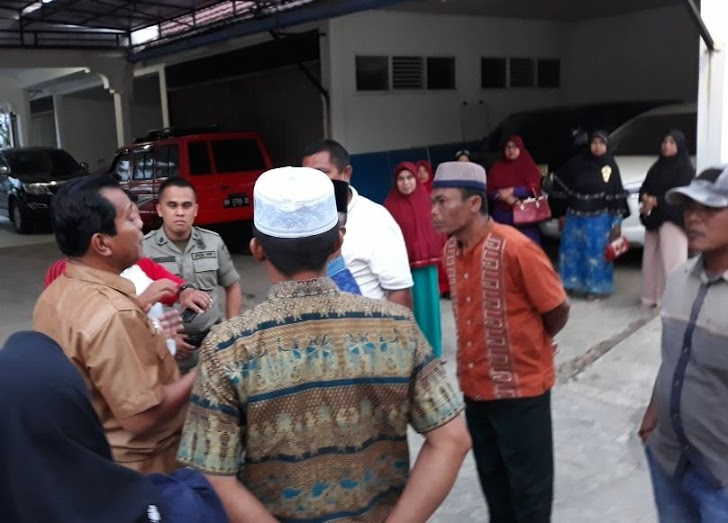 Breaking News !!! Diduga Giliran Masa dari BPD Desa Bintang Marak Geruduk Rumah Dinas Bupati Kerinci
