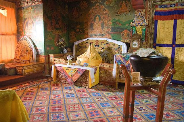 Tại cung điện mùa đông Potala lưu giữ rất nhiều đồ vật quý hiếm như 698 bức tranh, gần 10 nghìn cuộn tranh giấy và các tác phẩm điêu khắc giá trị mang đậm nét văn hóa và tôn giáo Tây Tạng.