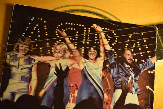 ABBA album cover : https://unsplash.com/photos/szOyo9qnlhM?utm_source=unsplash&utm_medium=referral&utm_content=creditShareLink