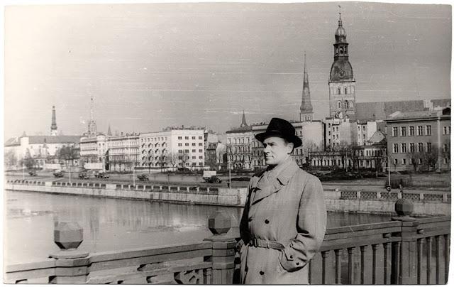 1967 год. Рига. Эстрадный и оперный эстонский певец Georg Ots на Октябрьском мосту (автор фото: Лаймонис Блёдниекс).