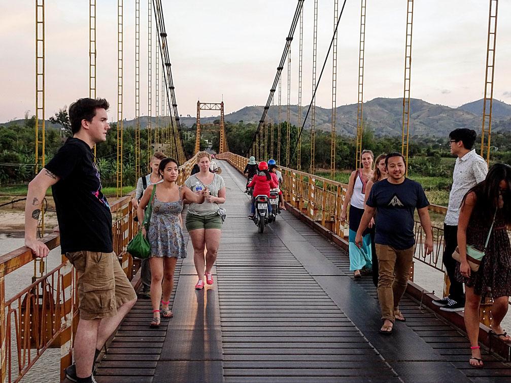 Khách du lịch Châu Âu đến Việt Nam thăm quan cầu treo Kon Klo