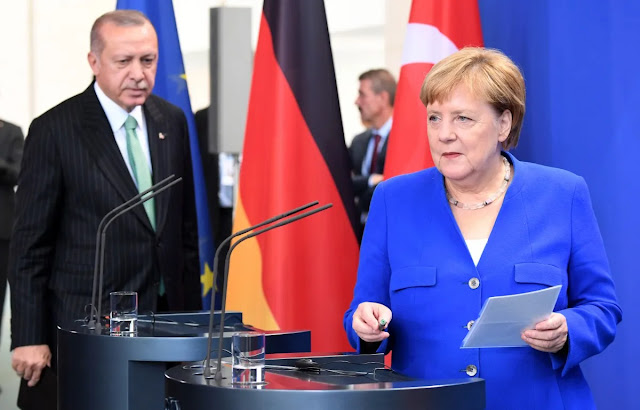 «Νομιμοποιεί η Γερμανία εγκλήματα πολέμου του Ερντογάν;»