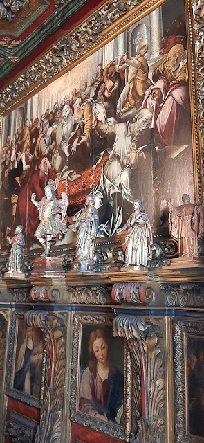 Pinturas e estátuas religiosas