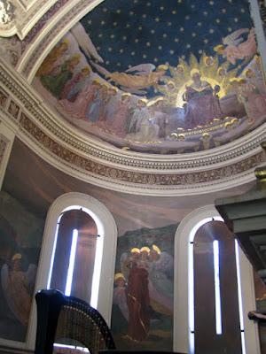 Pinturas na parede de uma capela