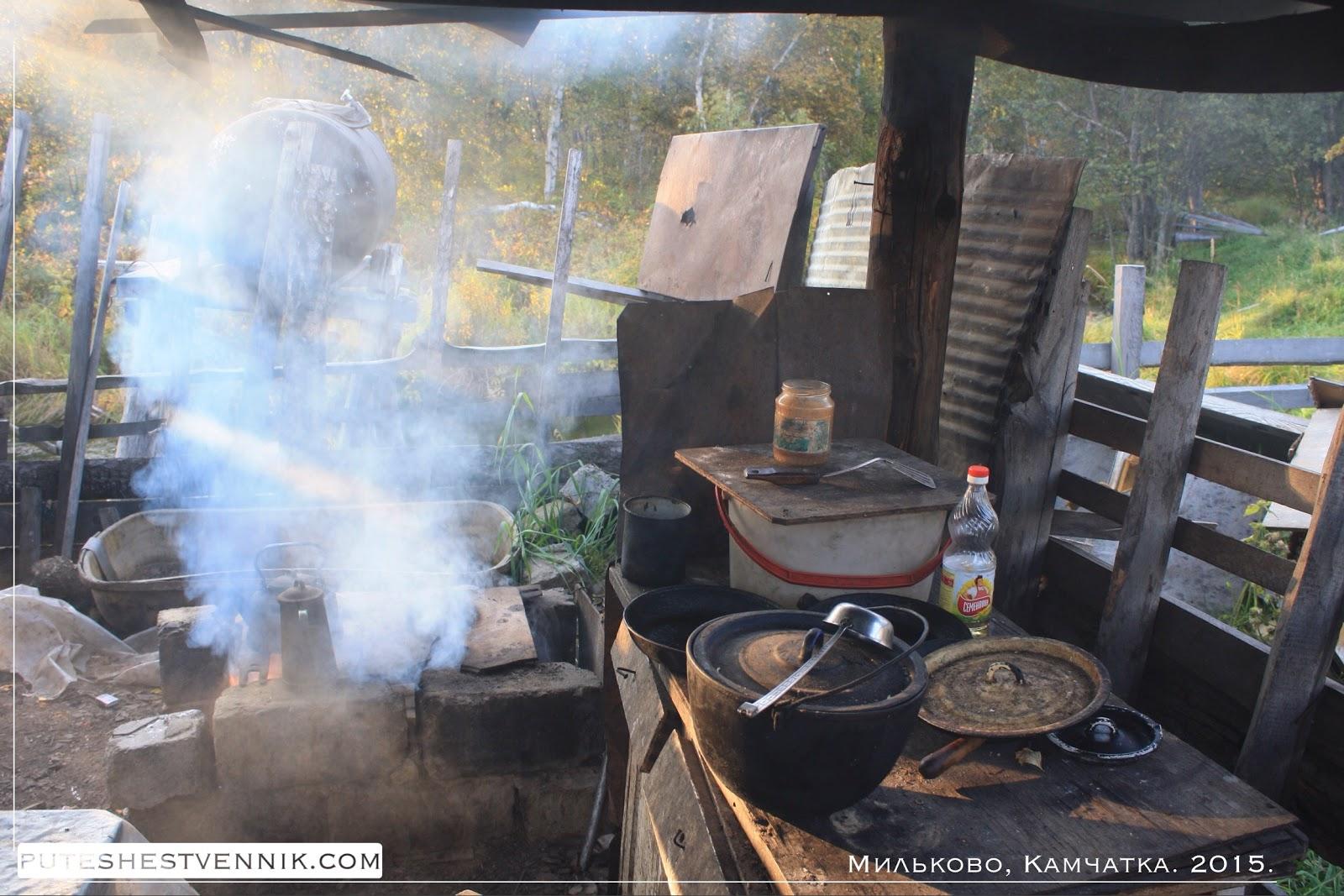 Кухня во дворе под деревянным навесом