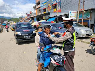 Peduli Masyarakat, Personil Polres Toraja Utara Bagi Masker Gratis