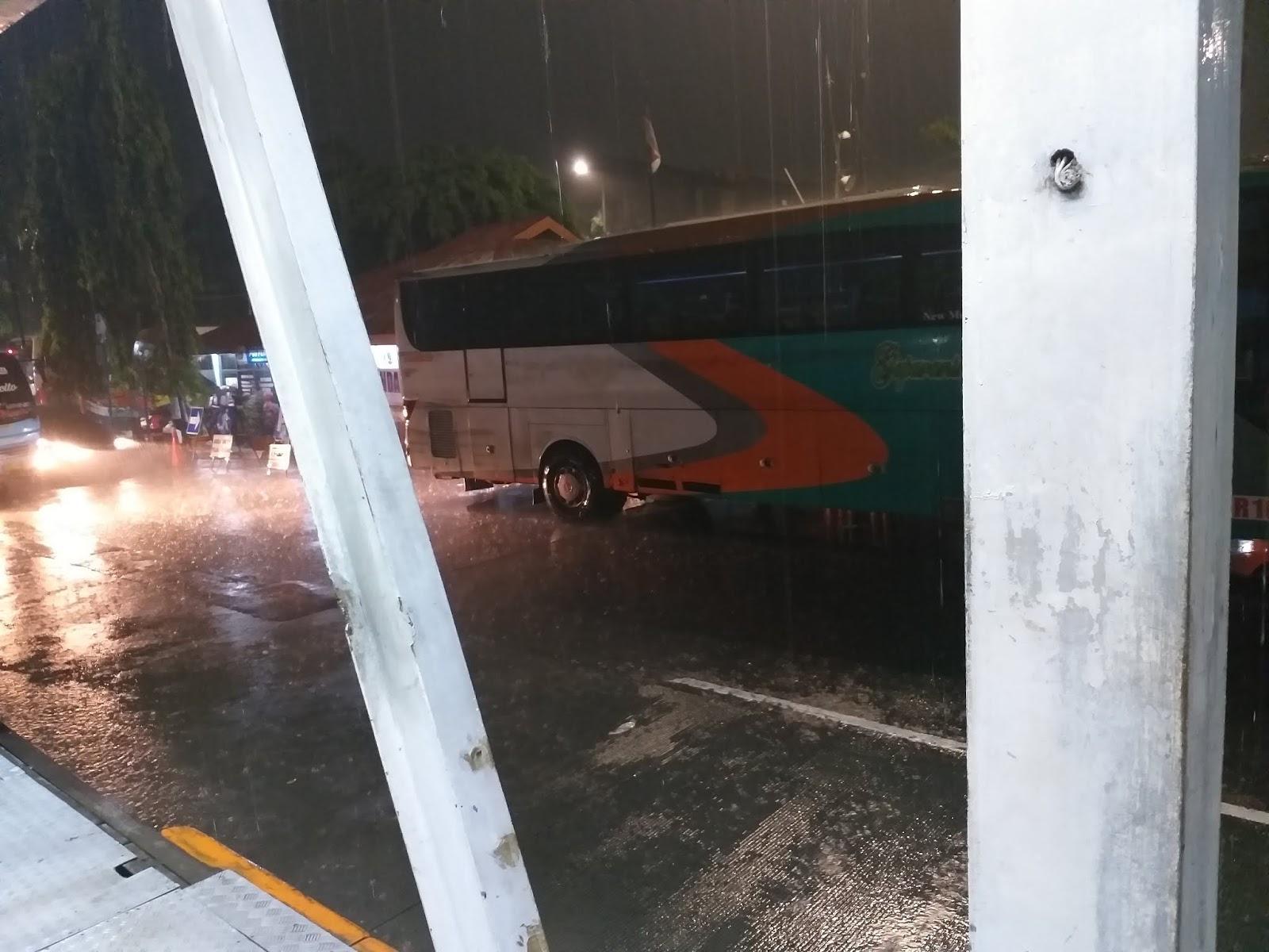 Hujan Deras di Terminal Kalideres