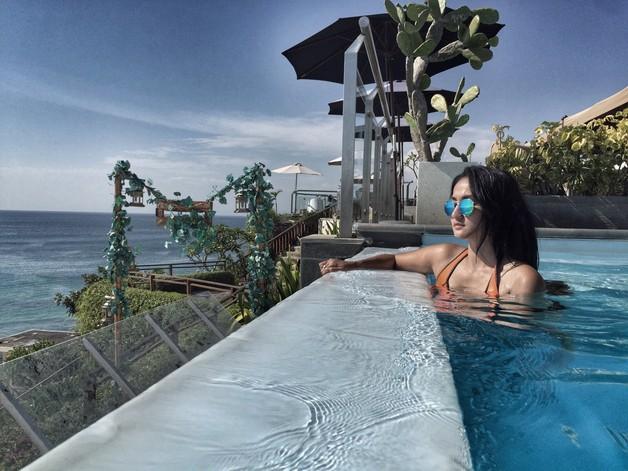 Tengku Dewi Asyik Berenang di Bali