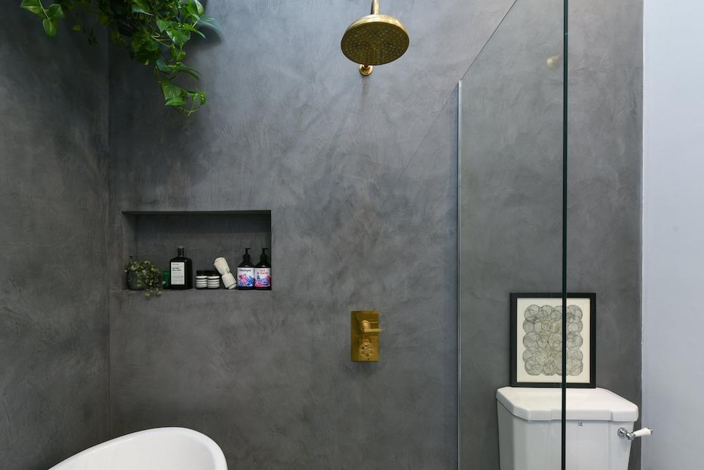 Baño con paredes y suelo de microcemento
