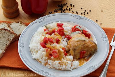 Un piatto unico di pollo ai peperoni e gorgonzola accompagnato da riso pilaf