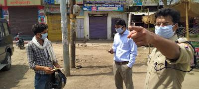 जिलाधिकारी जालौन एवं पुलिस अधीक्षक द्वारा लॉकडाउन के दृष्टिगत कोंच बस स्टैण्ड नगर उरई में वाहन चेकिंग    Vehicle checking at Conch Bus Stand Nagar Orai in view of lockdown by District Magistrate Jalaun and Superintendent of Police     संवाददाता, Journalist Anil Prabhakar.                 www.upviral24.in