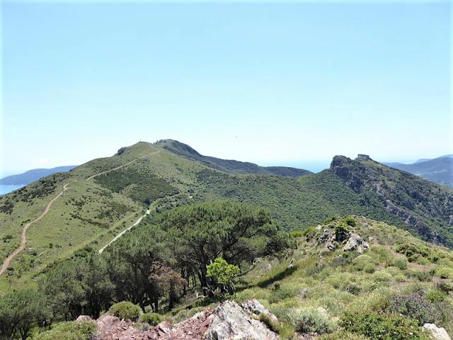 panorama dal monte capannello, a destra si vede il castello del volterraio