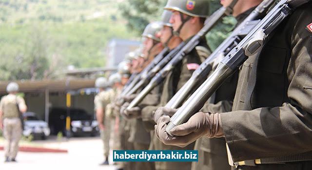 DİYARBAKIR-Diyarbakır'da bir asker, nöbet tuttuğu arkadaşı ile beraber doldur-boşalt yaptığı sırada kazara ateş alan tüfeğinden çıkan kurşunun isabet etmesi sonucu hayatını kaybetti.