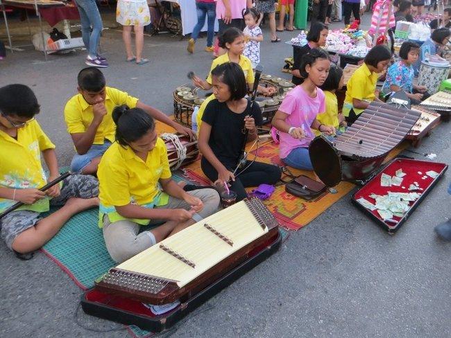 тайский ансамбль на рынке