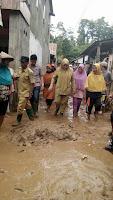 <b>Tinjau Korban Banjir, Bupati Minta Warga Sabar dan Ikhlas</b>