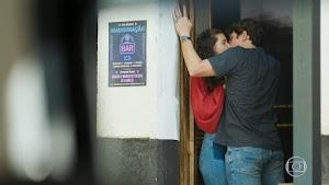 Leila flagra Rui beijando Rita em Malhação - Toda Forma de Amar
