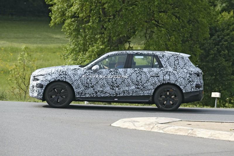 Cận cảnh Mercedes GLC 2022 mới trên đường chạy thử