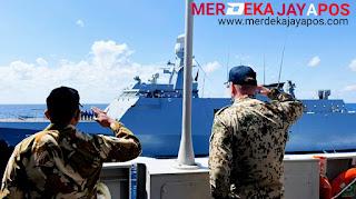Rear Adminal Axel Schulz menerima penghormatan dari letkol laut ( P) Ludfy