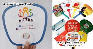 Souvenir Kipas Plastik Eksklusif merupakan salah satu inspirasi souvenir pernikahan yang menarik dan berkesan
