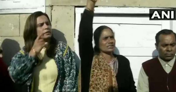 Death sentence delayed in Nirbhaya case Mother with protests outside court,www.thekeralatimes.com