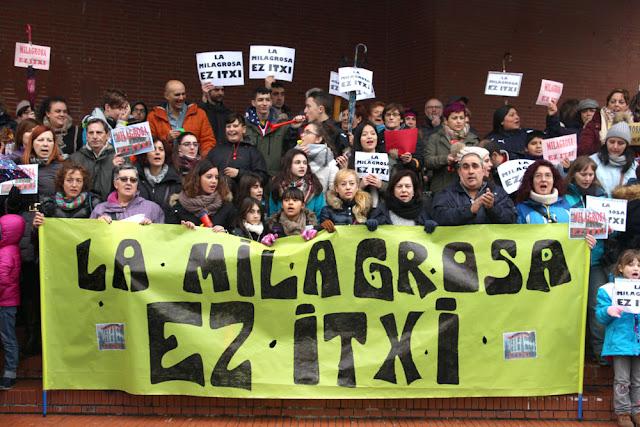 Manifestación de familias y trabajadores del colegio