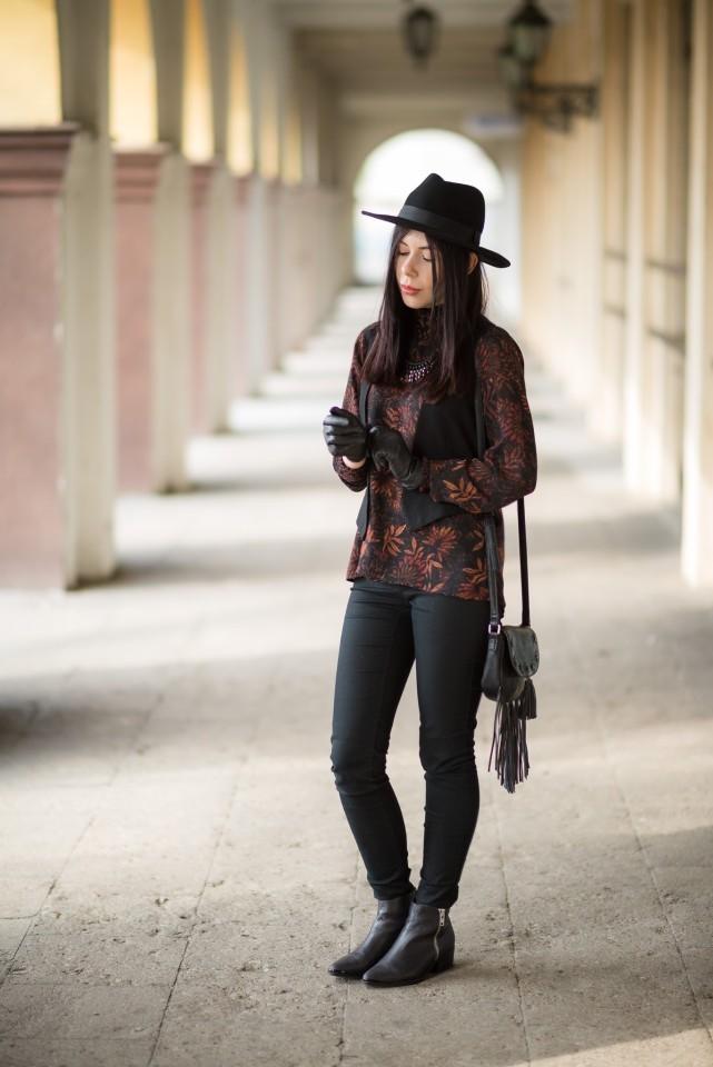 styl boho stylizacja boho z kapeluszem torebka z frędzlami C&A botki Buffalo London blogerka modowa blog o modzie