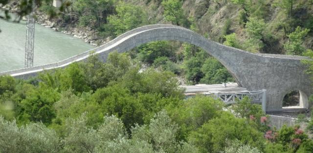 Όποιος δεν έχει δικά του έργα, «καμαρώνει» τα έργα των άλλων – Στο γεφύρι της Πλάκας στα Τζουμέρκα ο Μητσοτάκης