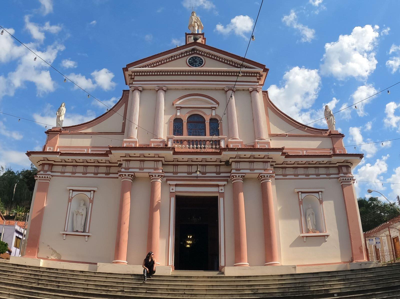 entrada rosa de um santuário catolico