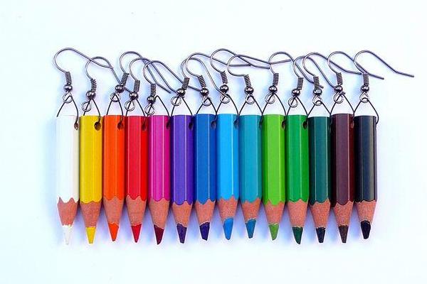 сережки из цветных карандашей