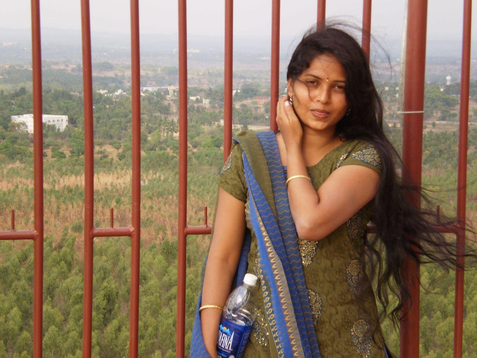 TAMASHA BLOG: Indian HW Neha Casual Non-Nde Pics 02 - Last