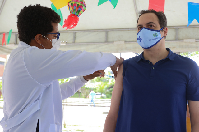 Governador Paulo Câmara recebe primeira dose da vacina contra a Covid-19