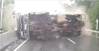 شاهد بالفيديو حظة انقلاب شاحنة ونجاة راكب دراجة من الموت