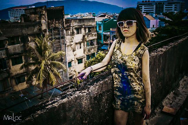 Cô gái hỗn loạn với màu sắc trên sân thượng