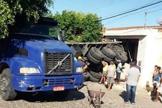 Carreta invade residência com dona dentro de casa, no interior da Paraíba