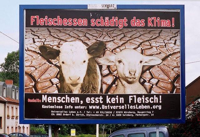 Outdoor na via pública contra comer carne, Überherrn, Saarland, Alemanha. .Acima: 'Comer carne deteriora o clima'. Embaixo:'Homens, não comam carne!'
