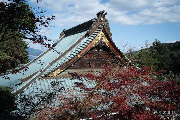 Vue sur les toits depuis le honden, temple Daisho-in, Miyajima, Hiroshima-ken
