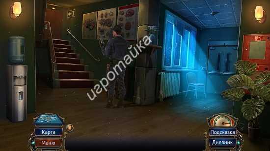 в коридоре находится охранник в странной камере