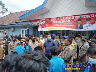 Kadisnaker Bintan Indra Hidayat, tengah menjawab tuntutan puluhan mahasiswa, di Kantor Disnaker Bintan, Batu 3 Tanjungpinang, Senin (24/8/2020)-f/masrun-hariankepri.com