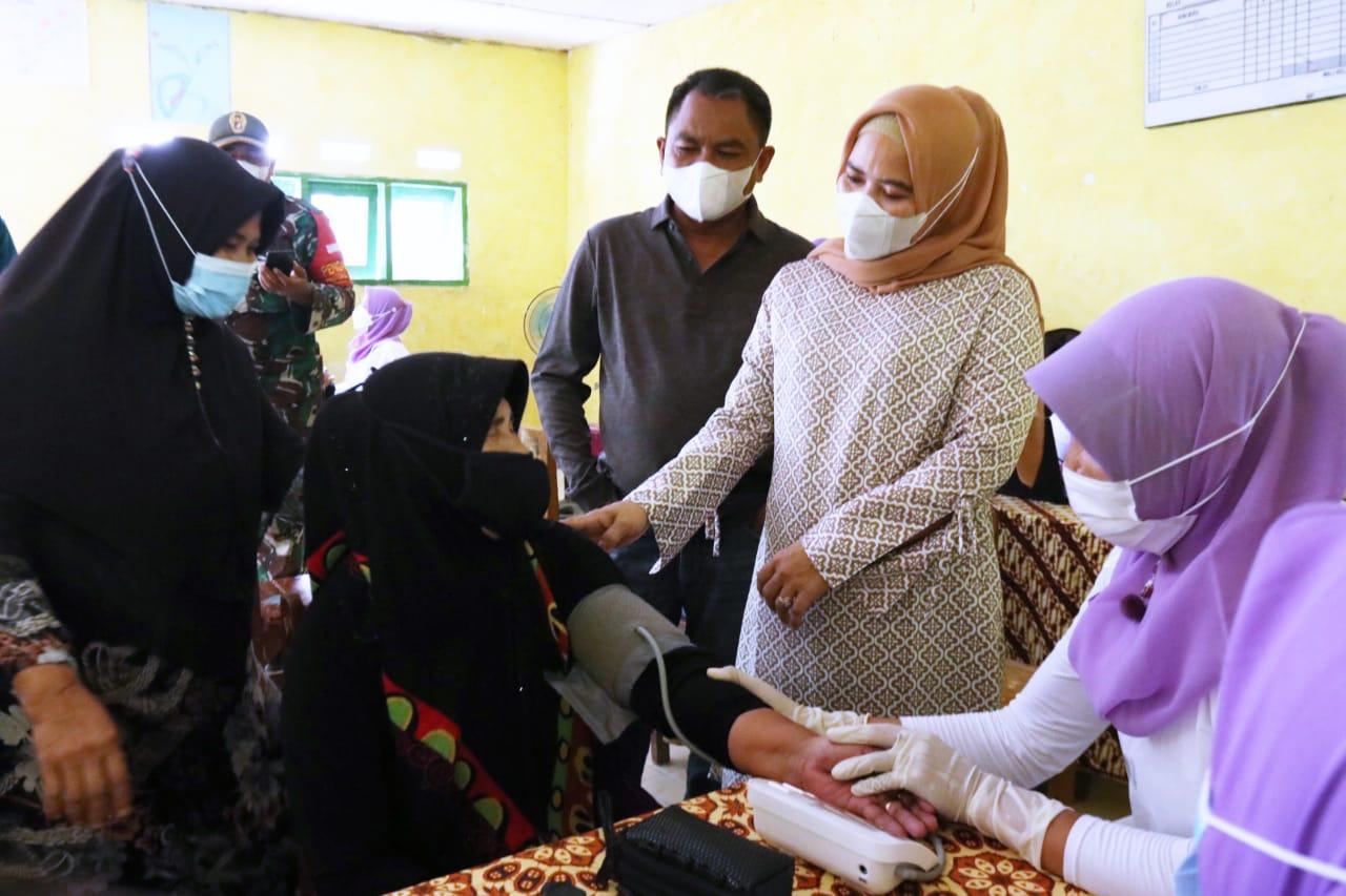 Bupati Didampingi Ketua TP PKK Kabupaten Sergai Meninjau Vaksinasi Massal