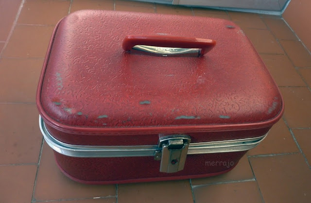 http://merrajo.blogspot.com.es/2016/02/como-restaurar-un-maletin-de-los-anos-70.html