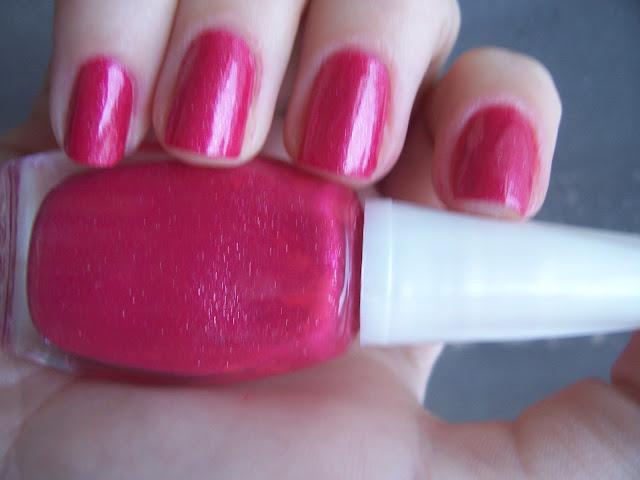 misturinha de esmalte vermelho com glitter