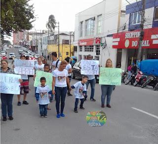 Familiares e amigos do menino Gabriel fizeram caminhada pelo centro de Registro-SP neste 24/08