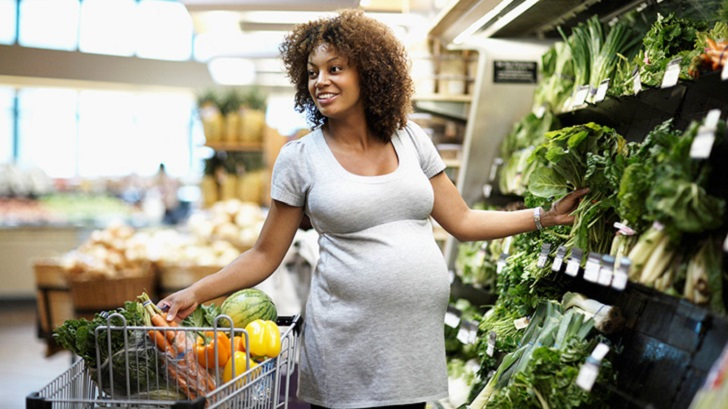 Pregnant woman shopping for groceries
