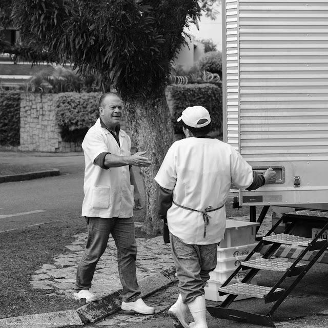 Dois feirantes conversando