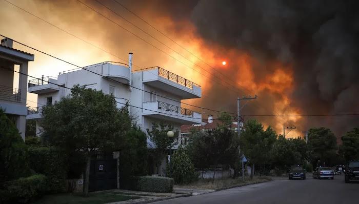 Χωρίς ανέμους άφησαν τη φωτιά να εξαπλωθεί σε Θρακομακεδόνες, Τατόι και Ολυμπιακό Χωριό (video)